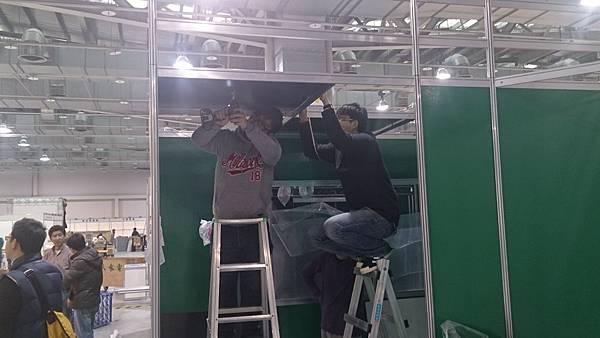 金門工作人員安裝天吊喇叭-elipson音響喇叭