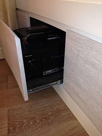 擴大機、藍光播放器隱藏在櫃子裡