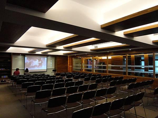 會議室音響│商業空間音響-會議室投影機和布幕