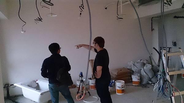 金門音響工務與設計師討論現場配線