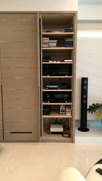 影音器材機櫃,包含Pioneer專業劇院環繞擴大機和Sony藍光播放機