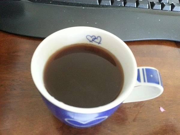 炒麥芽在小火慢熬了30分鐘所呈現的茶湯顏色