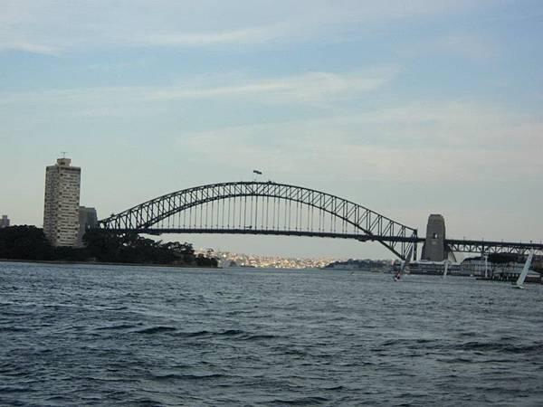 去到雪梨難免來點市區之旅 這是雪梨大橋 往往跨年的煙火都在這裡弄.jpg