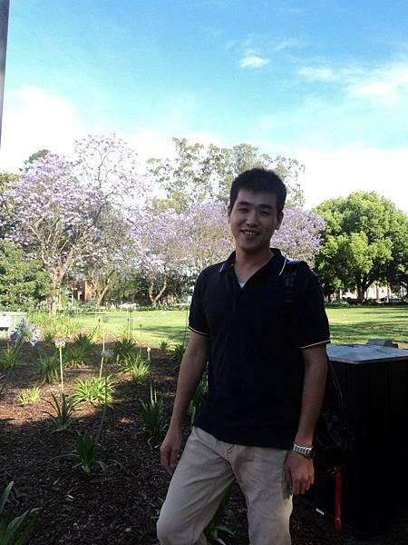 重點不是在我 是身後的紫色的蘭花楹屬之樹 Jacaranda Tree 在澳洲學生只要看到開花的時候 就是提醒學生期末考要繳交報告的時候了.jpg