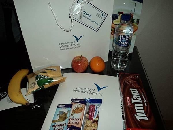 剛抵達雪梨 學校給的包裹的歡迎禮.jpg