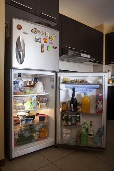 冰箱東西太多味到五味雜陳嗎?要想除去冰箱異味,除了要將冰箱的食物做好分類,定期清洗冰箱之外,一些小妙招可以幫助冰箱除異味!