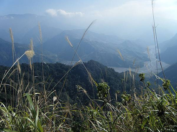 山頂上的景色,可以看到遠方的河谷