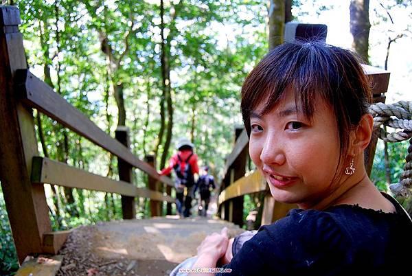 爬上陡峭木梯後的無奈笑臉