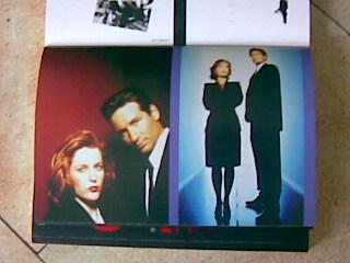 《X 檔案:異域風雲》內附的明信片贈品。