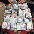 鈔票與行李箱