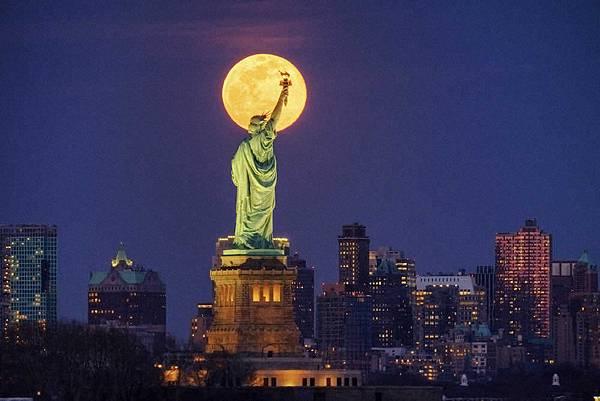 紐約的月亮.jpg