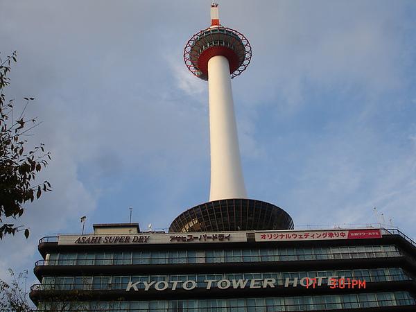 京都火車站前的京都塔