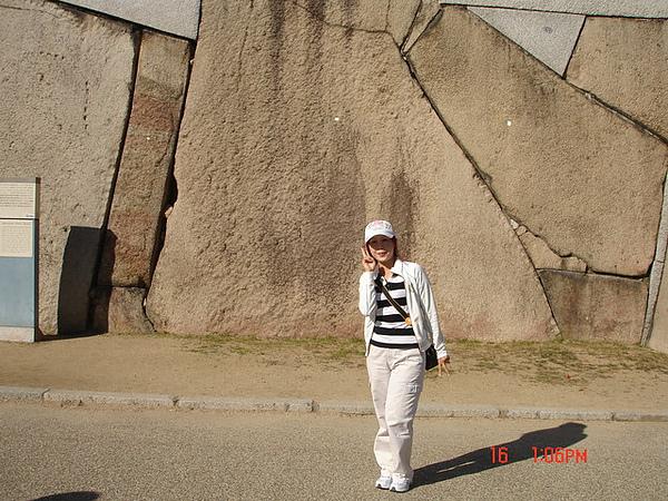 大阪城公園裏的巨大石
