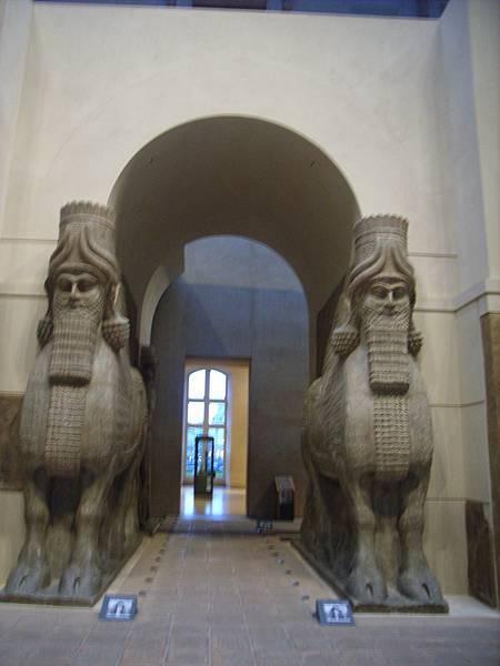 鬍子燙的還不錯的守護神 他們是從 美索不達米雅平原那附近來的