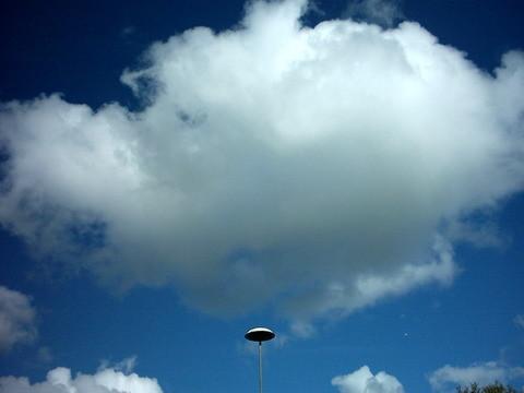 一到德國的呂貝克機場~~~ 雲跟燈形成了一種飛碟的感覺 哈哈