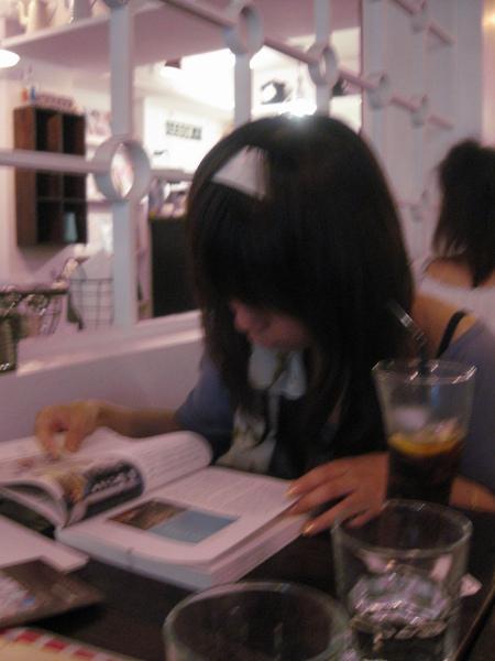 看書的日本女鬼...