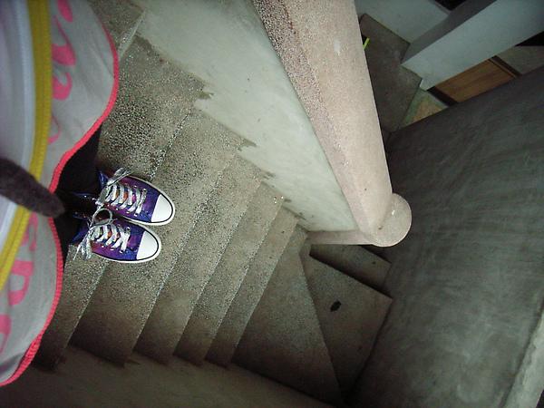 好陡的樓梯阿!!