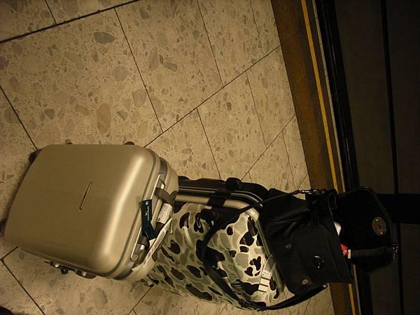 這次帶了新的浪跡天涯小包包 :小銀白