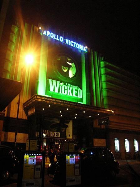 同樣的劇院~在多年前看得是Saturday Night Feaver