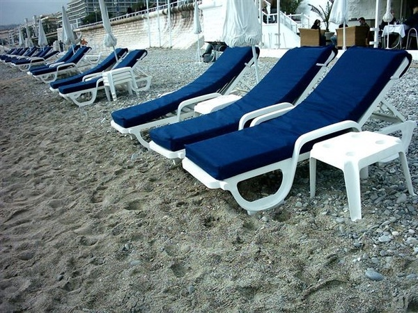 蔚藍海岸最常看到的 就是躺椅
