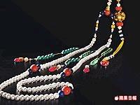 18世紀清宮御製朝珠(左圖),與北京故宮收藏的《雍正朝服像》所戴的極為神似。估價約3285萬7000元起.jpg