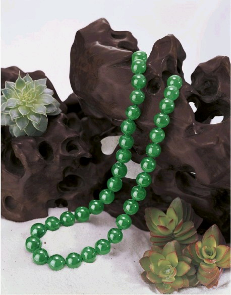 由35顆15.04至12.55mm翡翠珠串起的項鍊是此次單價最高的珠寶。估價約1億5607萬元起.jpg