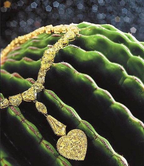 總重65.53克拉濃彩黃鑽項鍊的主石是13.52克拉的心形黃鑽墜。估價約2464萬3000元起.jpg