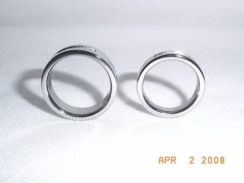 ◆我們的婚戒~鈦金戒指_男戒(左)比較寬,女戒(右)比較窄。.jpg