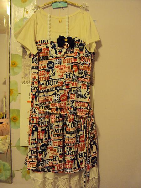 英文彩色洋裝白色~1180元
