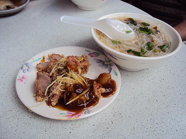旗魚米粉和紅燒肉