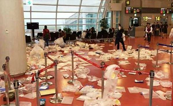 大陸遊客讓南韓濟州國際機場登機門變垃圾場