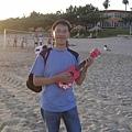小杰在海灘彈 烏克麗麗 _2.jpg