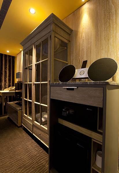 南法桃心木衣櫥以及B&O高級音響.jpg
