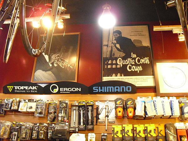 海報也是店內陳設的一部分.JPG