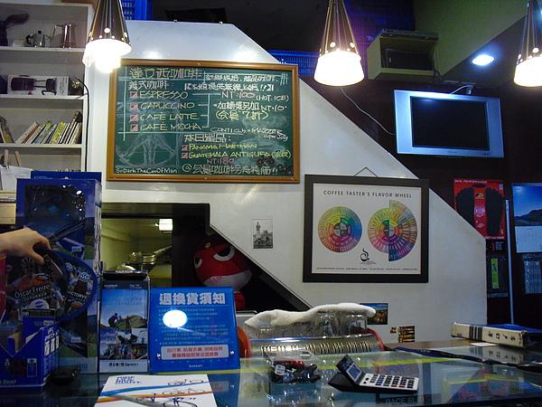 牆上的黑板寫滿咖啡品項,若是捷安特會員還可以打折喔.JPG