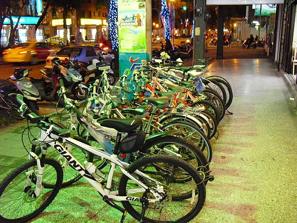 店外的單車則是通勤、交通車款,與店內主要車種不同.JPG