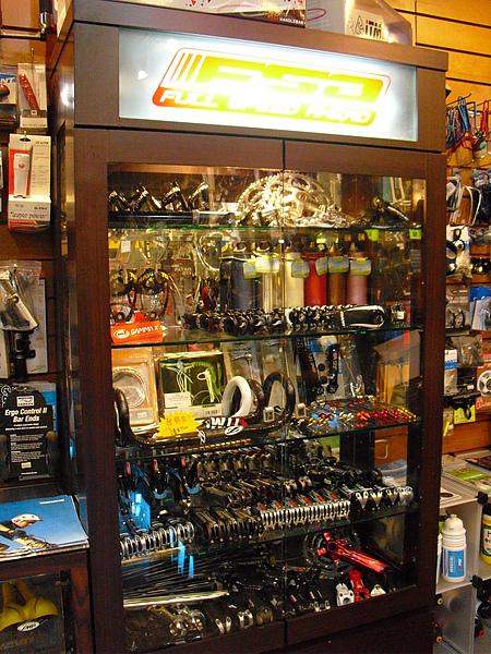 零配件展示櫃,店內精心許多這樣的展示小區塊.JPG