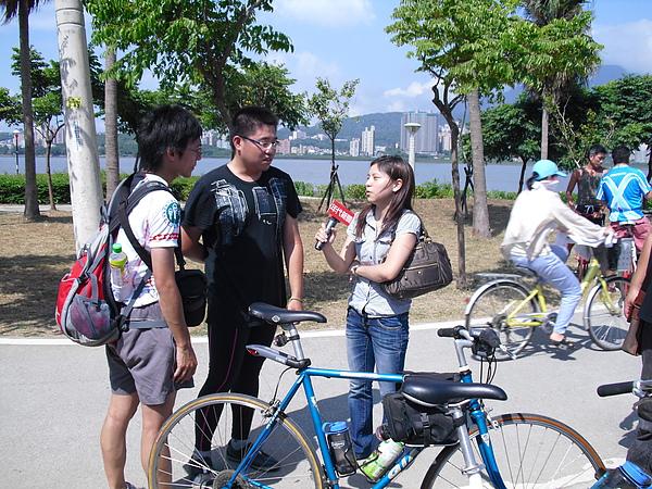 記者訪問完成活動的兩位同學