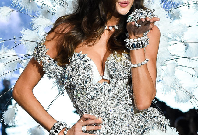 izabel_goulart_wears_look_made_with_swarovski_crystal_at_vsfs__4__quer_v650xx.jpg