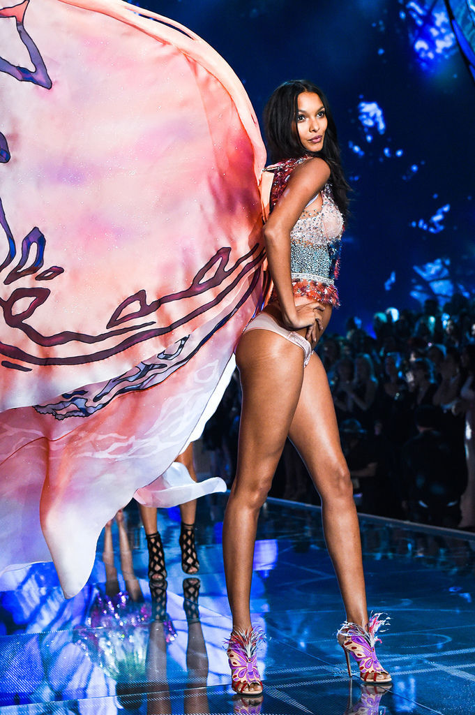 Lais-Ribeiro-wears-look-made-with-crystals-from-Swarovski-2
