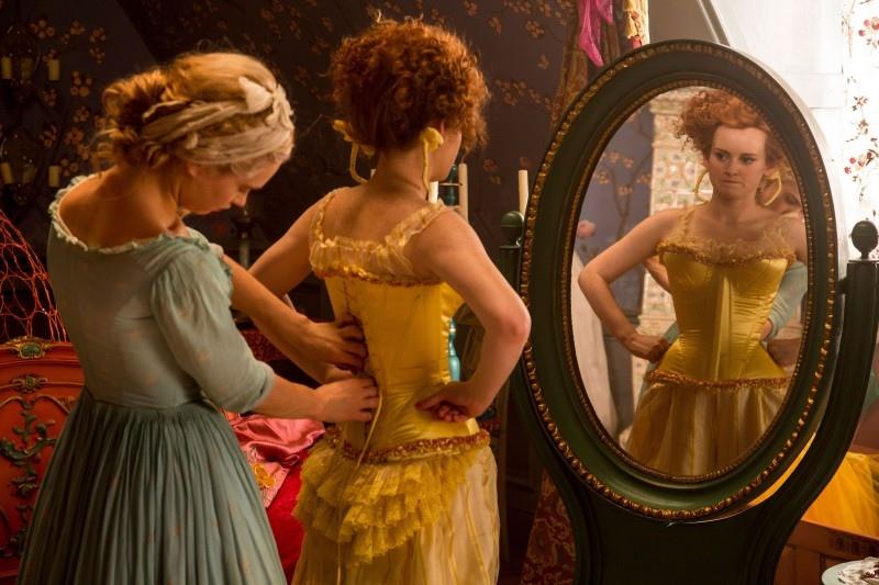 《仙履奇緣》電影中灰姑娘幫壞心姐姐Drisella穿馬甲的場景