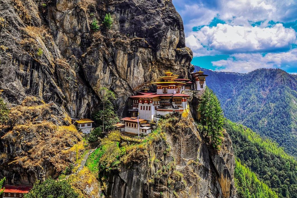 02_BhutanNeedtoKnow__TheHiketoTigersNest_shutterstock_1091715818.jpg