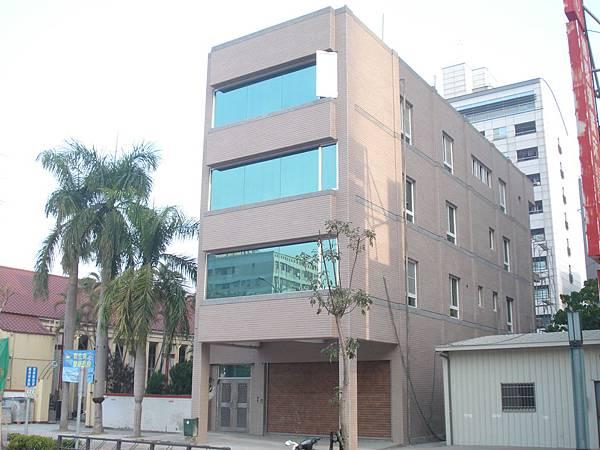 完成拉皮工程的綜合大樓.JPG
