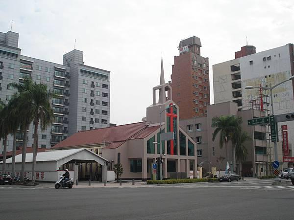 目前完完成外觀整修之後的大堂及綜合大樓.JPG