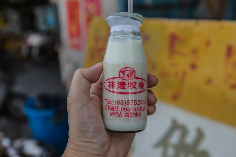 崎峰早餐玻璃瓶鮮奶(20元),忍不住又點了一瓶啦,是在地林邊牧場的鮮奶,古早方式的裝瓶,喝的時候要按壓上方硬紙瓶蓋,喝完後瓶子放在店家回收,