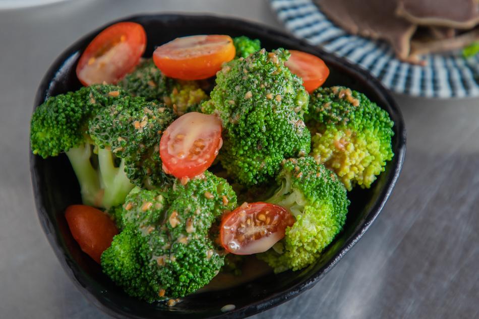 胡麻花椰菜(50元)。花椰菜還有切對半的小蕃茄,淋上日式的胡麻醬超對味。