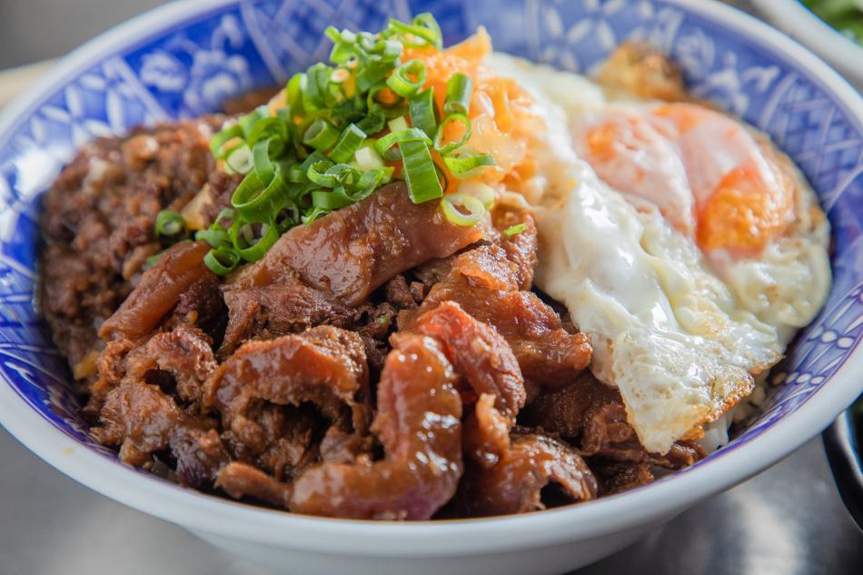 牛肉雙響飯(150元),是牛肉燥與牛筋的部位組合,再配上一顆半熟蛋,撒上蔥花。