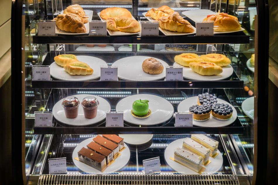 甜點輕食,十幾種可以選擇哦,有可頌、羅宋麵包、盆栽蛋糕、青蘋果造型蛋糕、藍莓塔、比利時生巧克力蛋糕、招牌鮮芋蛋糕