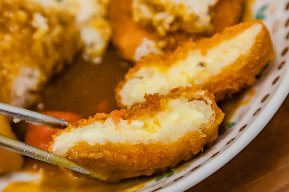 馬鈴薯可樂餅,裡面有點起司,這麵衣的口感特別的酥脆,乳白色的馬鈴薯,質地鬆而粉質,感覺是日本直接進口的可樂餅吧。可樂餅的研發,是是模仿法國「croquette」而來,也深受日本人的喜愛。