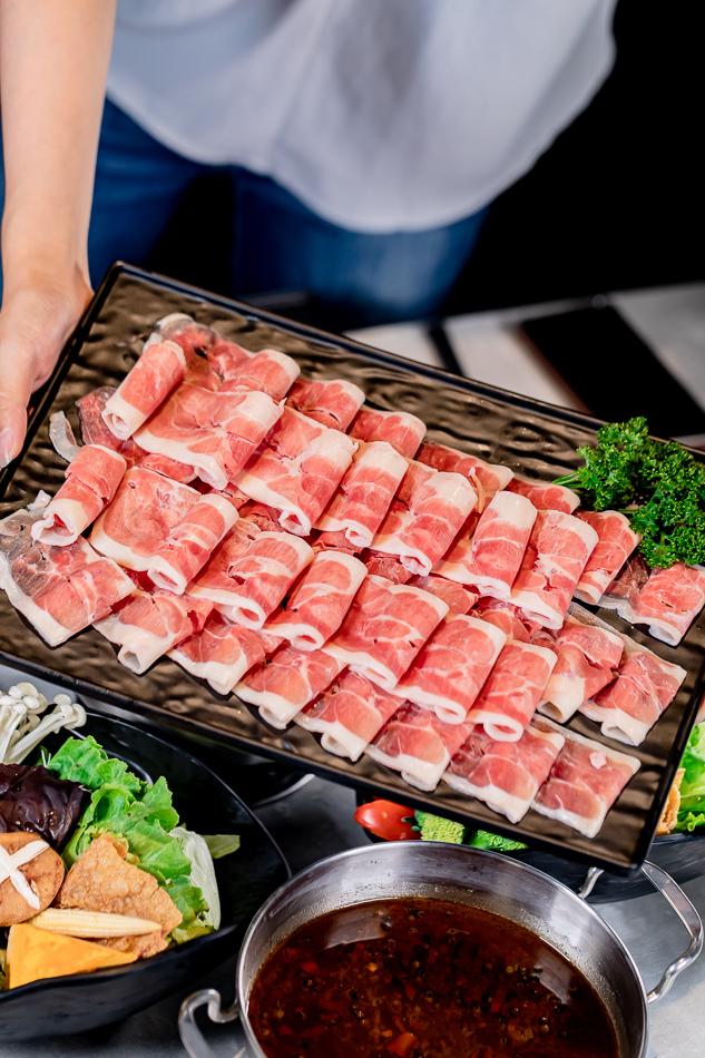 櫻桃鴨10盎司(178元)通常吃火鍋店家都會建議鴨肉煮到全熟再食用,而這裡提供的是高品質的櫻桃鴨,店家建議七分熟就好,最能品嘗到原始鮮甜的肉質,也拍胸脯保證品質是最新鮮的呢!果然肉質是豐滿細嫩鮮甜,七分熟的狀態也不覺得有腥味,口感上更加的有彈性!